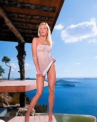 Blonde beauty enjoys a rocking stiffy outdoor in a mansion